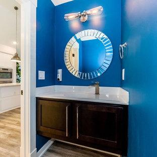 Свежая идея для дизайна: маленький туалет в морском стиле с фасадами в стиле шейкер, темными деревянными фасадами, синими стенами, светлым паркетным полом, монолитной раковиной, столешницей из искусственного камня и коричневым полом - отличное фото интерьера