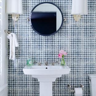 Пример оригинального дизайна: туалет в морском стиле с раковиной с пьедесталом и синей плиткой