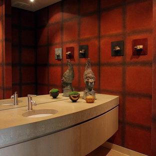 Неиссякаемый источник вдохновения для домашнего уюта: туалет среднего размера в современном стиле с инсталляцией, красными стенами, бетонным полом, врезной раковиной, столешницей из известняка, бежевым полом, плоскими фасадами и бежевыми фасадами