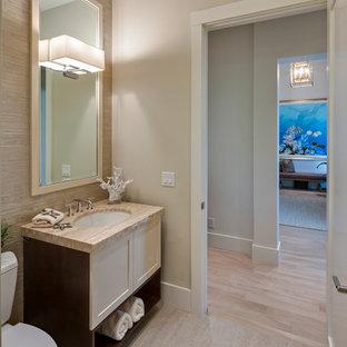 Свежая идея для дизайна: большой туалет в морском стиле с врезной раковиной, столешницей из искусственного кварца, раздельным унитазом, серой плиткой, керамогранитной плиткой, полом из керамогранита, бежевыми стенами, фасадами в стиле шейкер и бежевыми фасадами - отличное фото интерьера