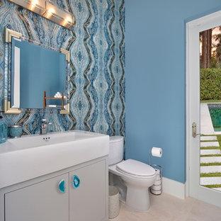 Неиссякаемый источник вдохновения для домашнего уюта: туалет среднего размера в современном стиле с плоскими фасадами, белыми фасадами, раздельным унитазом, разноцветной плиткой, керамической плиткой, синими стенами, полом из керамической плитки, врезной раковиной, столешницей из искусственного камня, белым полом и белой столешницей