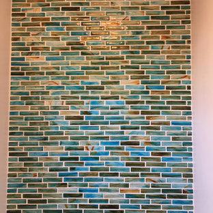 Пример оригинального дизайна: маленький туалет в морском стиле с стеклянными фасадами, белыми фасадами, раздельным унитазом, синей плиткой, стеклянной плиткой, черными стенами, полом из керамогранита, раковиной с пьедесталом, столешницей из талькохлорита, бежевым полом и черной столешницей