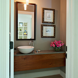 Неиссякаемый источник вдохновения для домашнего уюта: туалет среднего размера в стиле современная классика с настольной раковиной, плоскими фасадами, столешницей из бетона, унитазом-моноблоком и серыми стенами