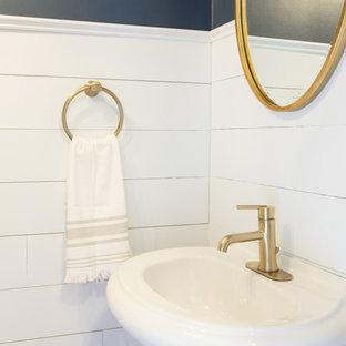 Kleine Maritime Gästetoilette mit Wandtoilette mit Spülkasten, blauer Wandfarbe, Bambusparkett, Sockelwaschbecken und braunem Boden in Sonstige