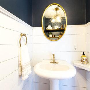 Esempio di un piccolo bagno di servizio stile marino con WC a due pezzi, pareti blu, pavimento in bambù, lavabo a colonna e pavimento marrone