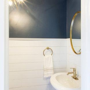 Ejemplo de aseo marinero, pequeño, con sanitario de dos piezas, paredes azules, suelo de bambú, lavabo con pedestal y suelo marrón