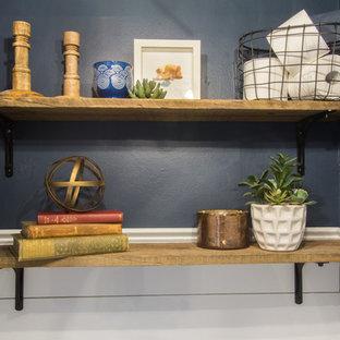 На фото: маленький туалет в морском стиле с раздельным унитазом, синими стенами, полом из бамбука, раковиной с пьедесталом и коричневым полом с