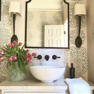 На фото: с высоким бюджетом туалеты среднего размера в классическом стиле с фасадами островного типа, белыми фасадами, раздельным унитазом, синими стенами, светлым паркетным полом, настольной раковиной и столешницей из кварцита