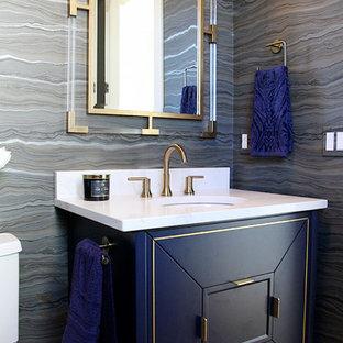 Idées déco pour un WC et toilettes classique avec un placard en trompe-l'oeil, des portes de placard bleues, un mur multicolore, un sol en bois clair, un lavabo encastré et un sol beige.
