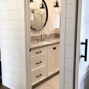 Aménagement d'un WC et toilettes campagne avec un placard à porte shaker, des portes de placard blanches, un carrelage beige, un mur beige, un sol en calcaire, un lavabo posé, un plan de toilette en quartz, un sol beige, un plan de toilette beige, meuble-lavabo encastré et du papier peint.