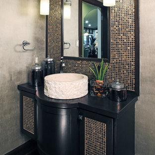 Идея дизайна: туалет среднего размера в современном стиле с настольной раковиной, черными фасадами, столешницей из дерева, стеклянной плиткой, коричневой плиткой, черной плиткой, разноцветной плиткой, унитазом-моноблоком и серыми стенами