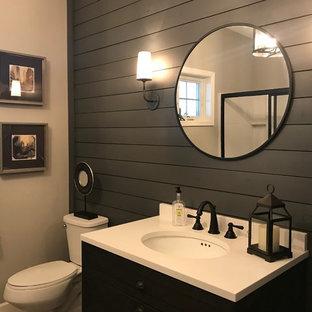 Свежая идея для дизайна: туалет среднего размера в стиле современная классика с открытыми фасадами, темными деревянными фасадами, серыми стенами, кирпичным полом, консольной раковиной, столешницей из искусственного камня, разноцветным полом и белой столешницей - отличное фото интерьера