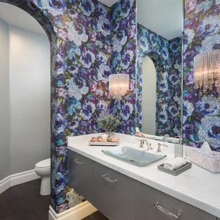Неиссякаемый источник вдохновения для домашнего уюта: маленький туалет в стиле современная классика с плоскими фасадами, серыми фасадами, темным паркетным полом, столешницей из кварцита, коричневым полом, белой столешницей, разноцветными стенами и накладной раковиной