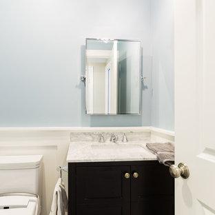 Immagine di un piccolo bagno di servizio classico con ante a filo, ante grigie, bidè, piastrelle grigie, piastrelle in ceramica, pareti blu, pavimento con piastrelle in ceramica, lavabo sottopiano e top in quarzo composito
