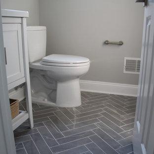 Diseño de aseo clásico renovado, pequeño, con armarios estilo shaker, puertas de armario blancas, sanitario de dos piezas, paredes grises, suelo de mármol, lavabo bajoencimera, encimera de cuarzo compacto y suelo gris