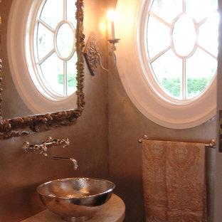 Идея дизайна: туалет среднего размера в стиле шебби-шик с фасадами с выступающей филенкой, темными деревянными фасадами, унитазом-моноблоком, каменной плиткой, бежевыми стенами, темным паркетным полом и раковиной с пьедесталом