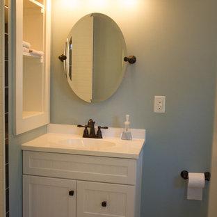 Идея дизайна: большой туалет в стиле кантри с фасадами с декоративным кантом, зелеными фасадами, полом из ламината и коричневым полом