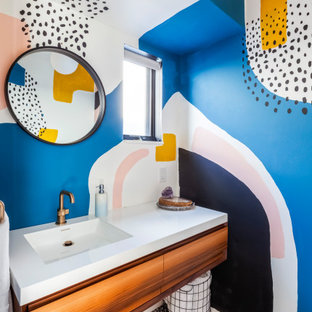 Idee per un piccolo bagno di servizio contemporaneo con ante lisce, ante in legno scuro, pareti multicolore, lavabo integrato, pavimento multicolore, top bianco, mobile bagno sospeso, soffitto in carta da parati e carta da parati