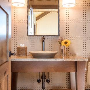 デンバーの中くらいのラスティックスタイルのおしゃれなトイレ・洗面所 (ベッセル式洗面器、オープンシェルフ、中間色木目調キャビネット、御影石の洗面台、ベージュの壁、無垢フローリング、白いタイル、セラミックタイル、茶色い床) の写真