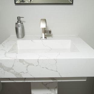 Свежая идея для дизайна: туалет в классическом стиле с унитазом-моноблоком, серыми стенами, мраморным полом, раковиной с пьедесталом, столешницей из кварцита, черным полом и белой столешницей - отличное фото интерьера