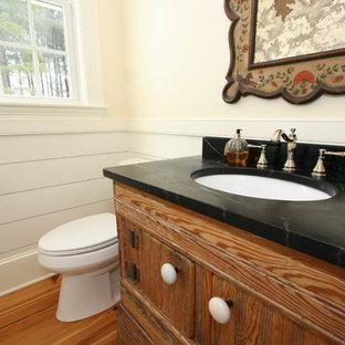 Неиссякаемый источник вдохновения для домашнего уюта: туалет среднего размера в стиле кантри с раздельным унитазом, врезной раковиной, столешницей из талькохлорита, фасадами островного типа и фасадами цвета дерева среднего тона
