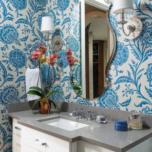 Immagine di un bagno di servizio chic con ante con riquadro incassato, ante bianche, pareti blu, lavabo sottopiano e top grigio