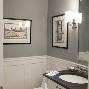 Diseño de aseo tradicional con lavabo bajoencimera, armarios estilo shaker, puertas de armario blancas, encimera de esteatita, sanitario de una pieza y encimeras grises