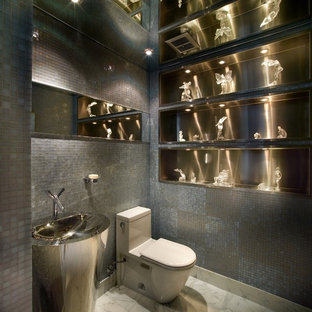 Modelo de aseo contemporáneo con baldosas y/o azulejos grises, baldosas y/o azulejos en mosaico y paredes grises