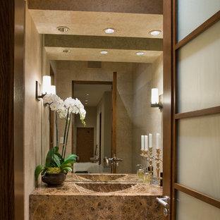 Exemple d'un WC et toilettes tendance de taille moyenne avec un placard à porte plane, des portes de placard beiges, un carrelage beige, du carrelage en travertin, un mur beige, un sol en travertin, une grande vasque, un plan de toilette en granite et un sol beige.