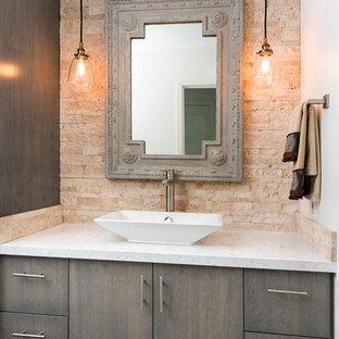 Ispirazione per un piccolo bagno di servizio minimalista con lavabo a bacinella, ante grigie, top in quarzo composito, piastrelle beige, piastrelle in pietra, pareti bianche, pavimento in legno massello medio e ante lisce