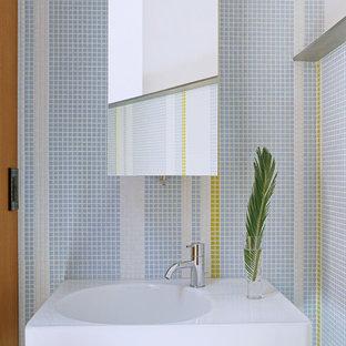 Ispirazione per un piccolo bagno di servizio moderno con piastrelle a mosaico, piastrelle blu, piastrelle bianche, piastrelle gialle, pareti multicolore e lavabo integrato