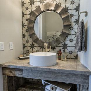 Свежая идея для дизайна: маленький туалет в стиле кантри с открытыми фасадами, искусственно-состаренными фасадами, керамической плиткой, серыми стенами, паркетным полом среднего тона, настольной раковиной, мраморной столешницей и серой столешницей - отличное фото интерьера