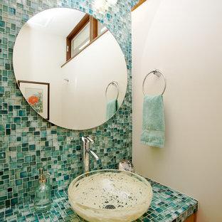 Mittelgroße Moderne Gästetoilette mit Aufsatzwaschbecken, flächenbündigen Schrankfronten, hellbraunen Holzschränken, gefliestem Waschtisch, grünen Fliesen, Mosaikfliesen und weißer Wandfarbe in Orange County