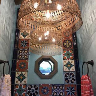 Große Gästetoilette mit offenen Schränken, Toilette mit Aufsatzspülkasten, Keramikfliesen, blauer Wandfarbe, Keramikboden, Kupfer-Waschbecken/Waschtisch, rotem Boden, freistehendem Waschtisch und freigelegten Dachbalken in Los Angeles