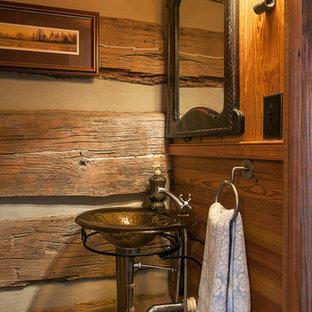 Inredning av ett rustikt litet toalett, med ett fristående handfat och mörkt trägolv
