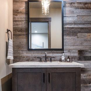 Aménagement d'un WC et toilettes montagne de taille moyenne avec un placard à porte shaker, des portes de placard en bois sombre, un lavabo encastré, un plan de toilette en granite et un plan de toilette gris.