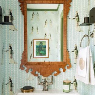 Неиссякаемый источник вдохновения для домашнего уюта: маленький туалет в стиле фьюжн с полом из терракотовой плитки, зеленым полом, подвесной тумбой и обоями на стенах