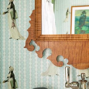 На фото: маленький туалет в стиле фьюжн с полом из терракотовой плитки, зеленым полом, подвесной тумбой и обоями на стенах с