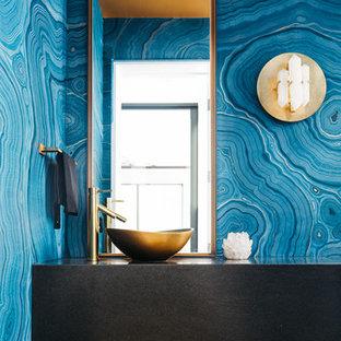 Idee per un bagno di servizio contemporaneo con ante in legno bruno, pareti blu, parquet chiaro e lavabo a bacinella