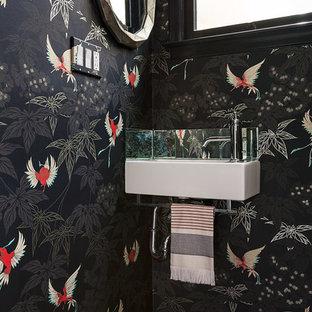 Idee per un bagno di servizio chic con pareti nere, lavabo sospeso e pavimento nero