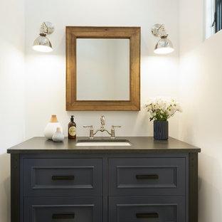 Foto di un bagno di servizio tradizionale con ante con riquadro incassato, ante blu, pistrelle in bianco e nero, pareti bianche, lavabo sottopiano, pavimento multicolore e top grigio