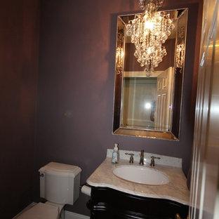 Foto di un bagno di servizio chic di medie dimensioni con consolle stile comò, ante in legno bruno, WC a due pezzi, pareti viola, lavabo sottopiano e top in marmo