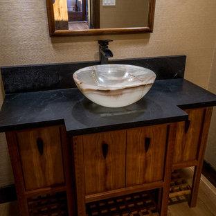 Ejemplo de aseo asiático, de tamaño medio, con puertas de armario de madera oscura, lavabo sobreencimera, encimera de granito y armarios con paneles lisos