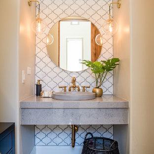 Idée de décoration pour un WC et toilettes bohème de taille moyenne avec un carrelage blanc, des carreaux de céramique, un mur gris, un sol en bois brun, une vasque, un plan de toilette en quartz modifié et un plan de toilette gris.