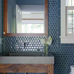 Imagen de aseo clásico renovado con encimera de cemento, baldosas y/o azulejos azules, baldosas y/o azulejos en mosaico y lavabo integrado