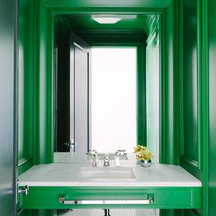 Réalisation d'un WC et toilettes bohème de taille moyenne avec des portes de placards vertess, un mur vert, un lavabo encastré, un plan de toilette en marbre et un plan de toilette blanc.