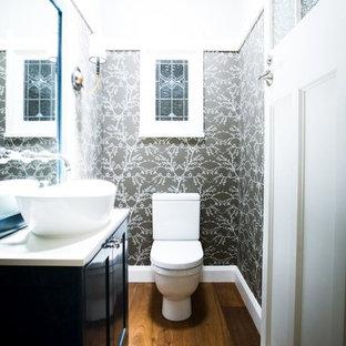 Стильный дизайн: маленький туалет в классическом стиле с фасадами в стиле шейкер, синими фасадами, унитазом-моноблоком, коричневыми стенами, паркетным полом среднего тона, настольной раковиной, столешницей из искусственного кварца, коричневым полом и белой столешницей - последний тренд