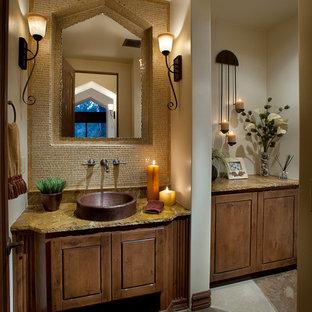 На фото: туалет среднего размера в стиле рустика с настольной раковиной, фасадами островного типа, фасадами цвета дерева среднего тона, столешницей из гранита, желтой плиткой, каменной плиткой, бежевыми стенами и полом из сланца