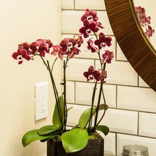 Réalisation d'un petit WC et toilettes tradition avec un placard avec porte à panneau surélevé, des portes de placard blanches, un WC séparé, un carrelage blanc, des carreaux de céramique, un mur beige, un lavabo posé, un plan de toilette en stratifié et un plan de toilette noir.