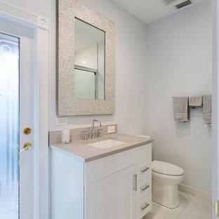 Неиссякаемый источник вдохновения для домашнего уюта: туалет среднего размера в стиле современная классика с фасадами в стиле шейкер, белыми фасадами, унитазом-моноблоком, желтой плиткой, плиткой мозаикой, серыми стенами, полом из керамической плитки, врезной раковиной, столешницей из ламината, разноцветным полом и бежевой столешницей